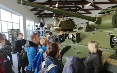 Dijaki prvih letnikov v Parku vojaške zgodovine v Pivki